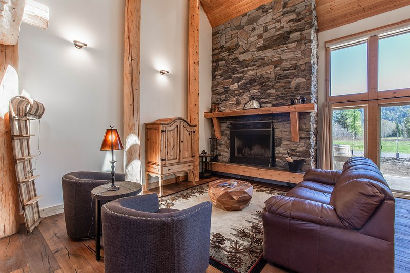 Idaho Club home w/ a private hot tub, furnished patio, & fairway views, holiday rental in Ponderay