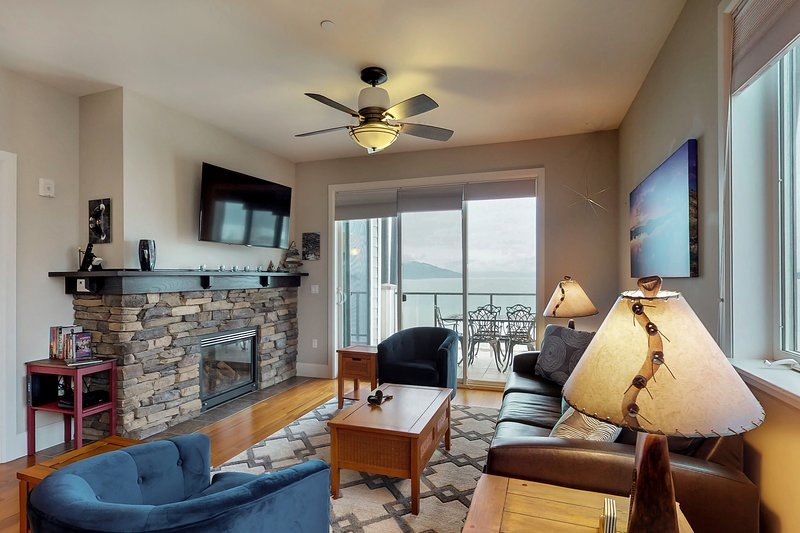 Waterfront Seasons at Sandpoint condo w/ a full kitchen, shared hot tub, & pool, holiday rental in Ponderay