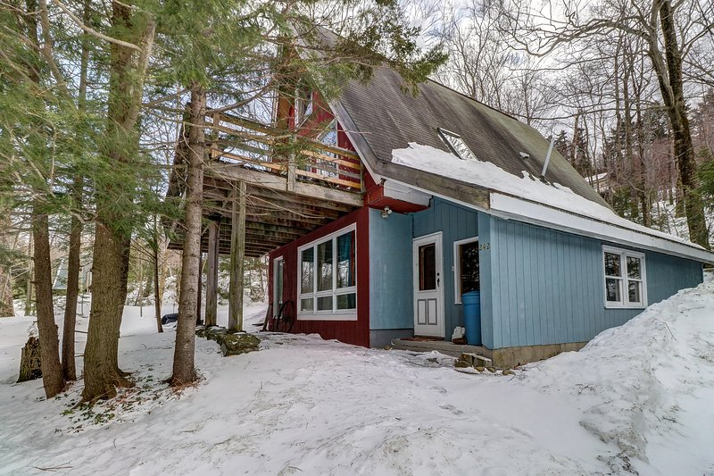 Charming A-frame w/ deck & fireplace - walk to the lifts & ski home!, vacation rental in Fayston