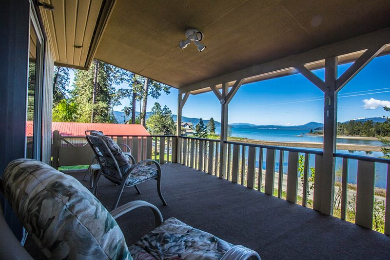 Remodeled lakefront cottage w/ private dock & covered patio - dogs OK!, holiday rental in Ponderay