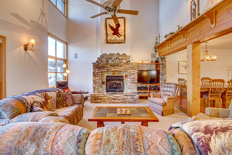 Ski-in/ski-out Schweitzer Mountain home w/ private hot tub - walk to lifts!, casa vacanza a Colburn