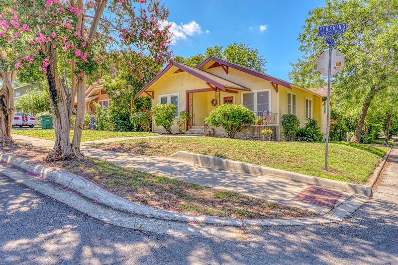 Renovated home w/ full kitchen, free WiFi & outdoor areas close to everything!, casa vacanza a Alamo Heights