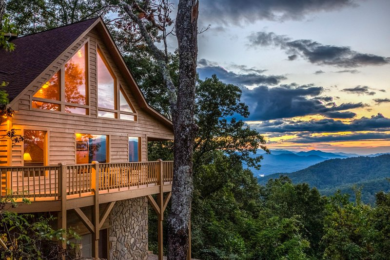 Heaven on Earth - Secluded cabin w/hot tub, deck, views - located in Bryson City, holiday rental in Bryson City