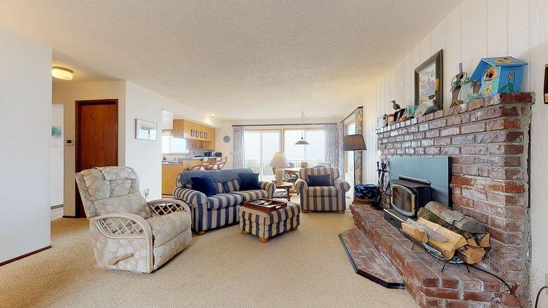Waterfront, dog-friendly getaway w/ a fireplace & incredible ocean views!, location de vacances à Waldport