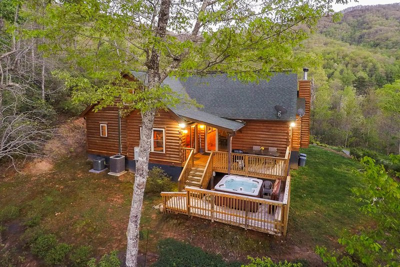 Cabin w/ mountain views, fireplace, hot tub - close to town!, vacation rental in Whittier