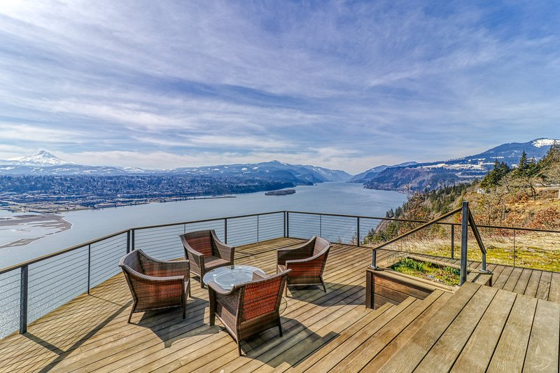 Stunning bluff-top home with huge Gorge view, hot tub & deck, holiday rental in White Salmon