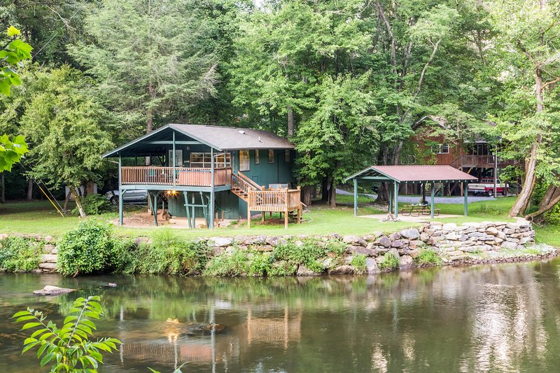 Cottage on the Tuckasegee River w/ hot tub, firepit & covered picnic area, casa vacanza a Webster
