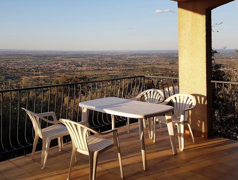 Vista desde la terraza de Villa Josephine sobre la llanura de Roussilon y el mar Mediterráneo