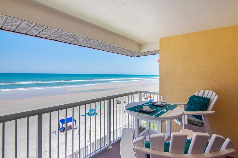 Spectacular, upscale, oceanfront condo w/ shared pool & beach access, location de vacances à Edgewater