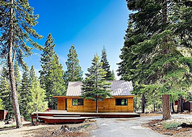 Modern Wooded Oasis w/ Private Hot Tub & Wraparound Deck, Walk to Beach!, alquiler vacacional en Tahoe Vista