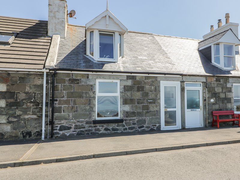 GREYSTONES HOLIDAY COTTAGE, sea views, Port William, holiday rental in Isle of Whithorn