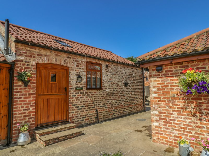 STABLE COTTAGE, single-storey, eco-friendly, romantic retreat, near Thirsk, Ref, vacation rental in Kilburn