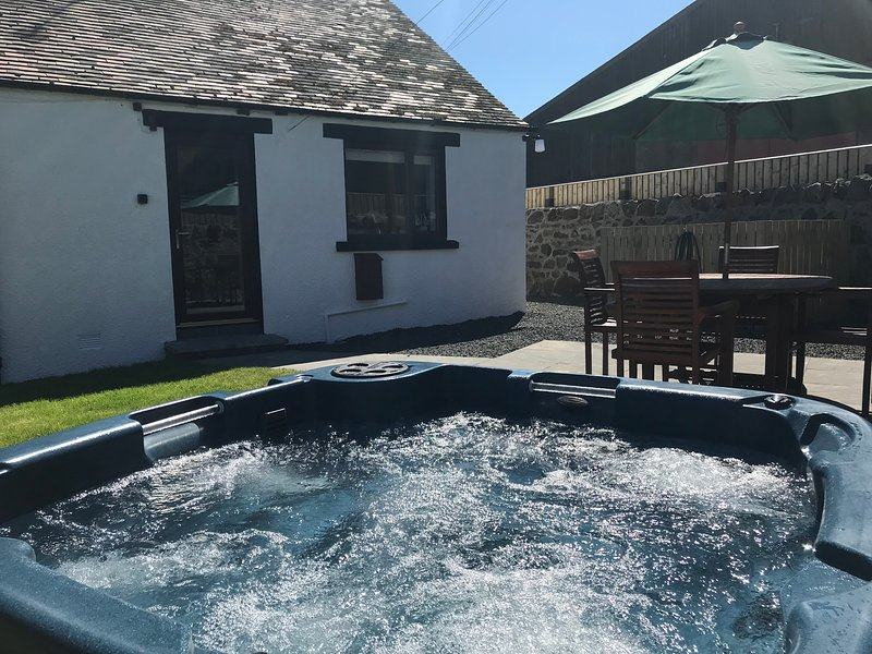 Cannich Cottage with Private Hot Tub & Enclosed Garden in Fife, Scotland, casa vacanza a Luthrie
