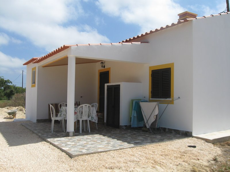 Nice house with terrace & Wifi, holiday rental in Rogil