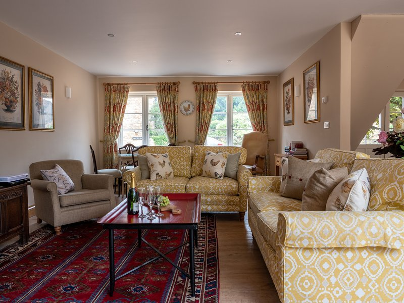 Berry Pen part of Kingham Cottages with pool and extensive garden - Berry Pen at, vacation rental in Adlestrop