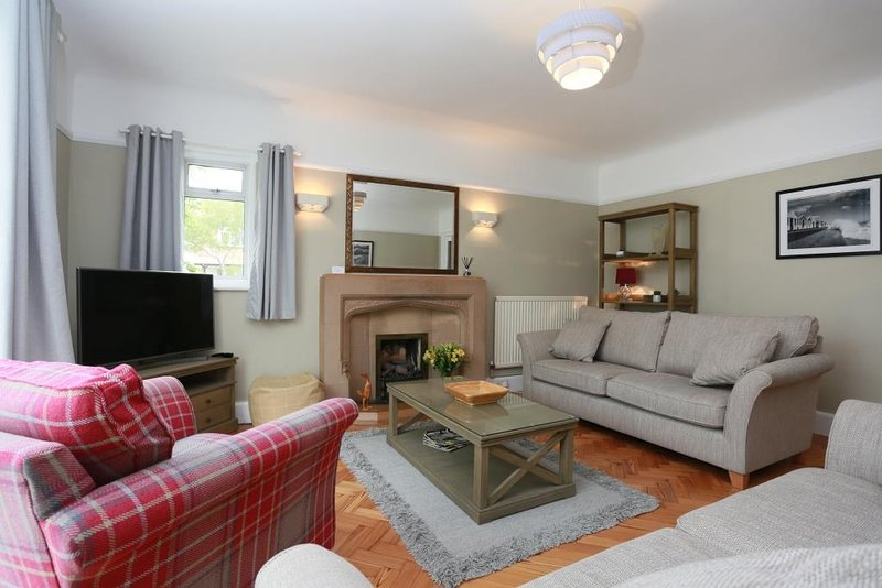 BOURNECOAST:  DETACHED MODERN SIX BEDROOM HOUSE NEAR SANDY BEACHES/SHOPS- HB6228, holiday rental in Bournemouth