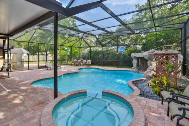 Beautiful Pool Home with Spa, Outdoor Shower - 5 min to Upscale Shopping, Dining, holiday rental in Braden River