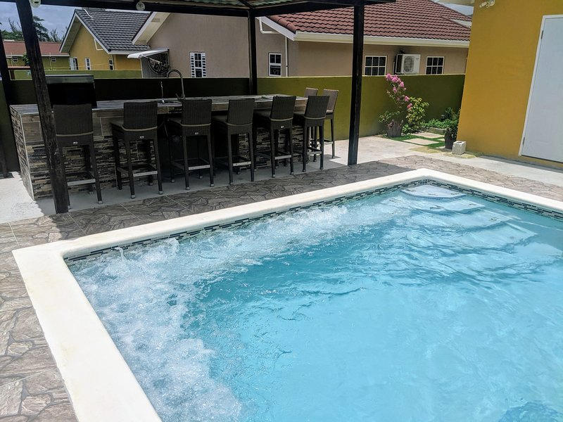 Zade's vacation home with private pool, jacuzzi jets and BBQ (Ocho Rios), vacation rental in Ocho Rios