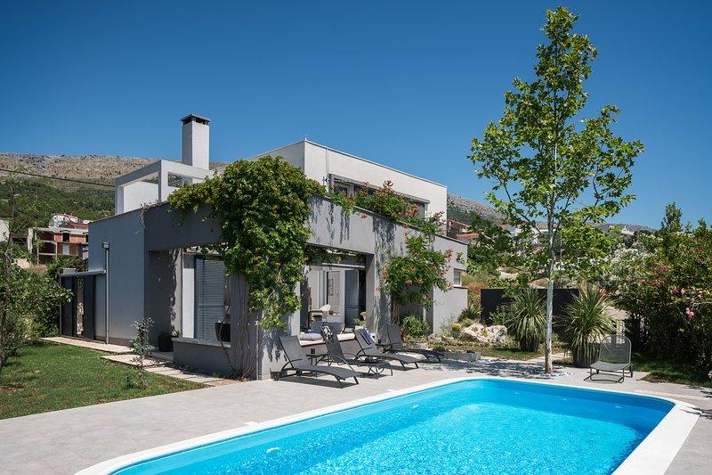 Luxury villa MOD with heated pool, holiday rental in Podstrana