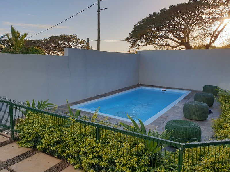 Spacious villa with swimming-pool, location de vacances à Port-Louis