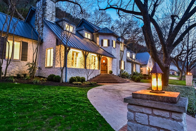 Gorgeous French Country off Lake Austin!  SXSW, ACL and Formula 1 welcome!, alquiler de vacaciones en West Lake Hills