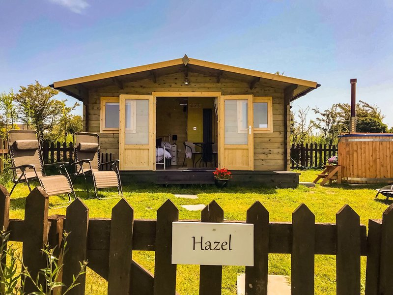 Hazel: Luxury En-suite Glamping Hut with private Eco HOT TUB and Dog Friendly, holiday rental in Llanerchymedd