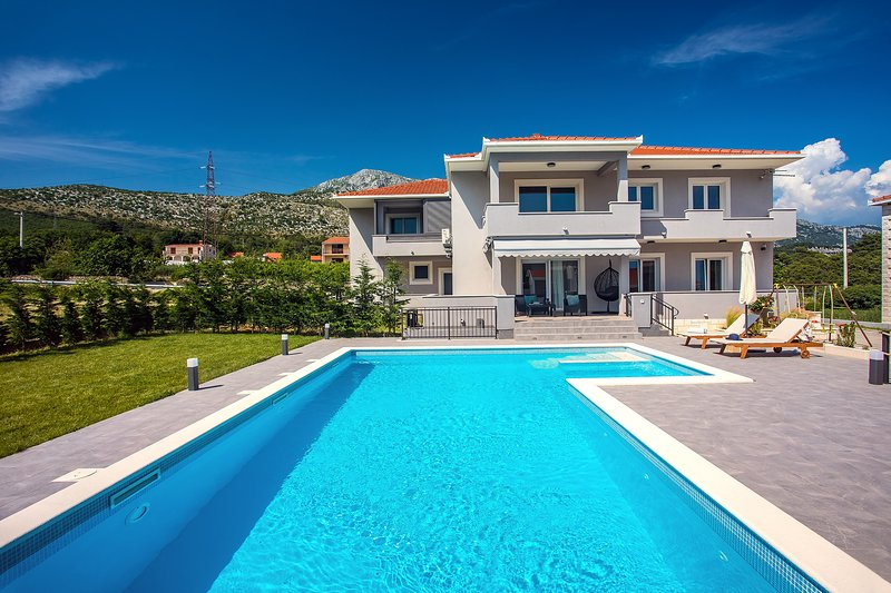 Apartment VILLA BEGO - heated pool with attached jaccuzzi, BBQ, summer kitchen, holiday rental in Tugare
