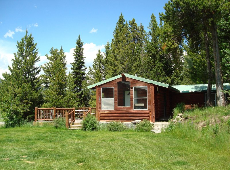 NEW LISTING!! ** 8 miles to Yellowstone! Kozy & great for 2, or small families!, holiday rental in West Yellowstone