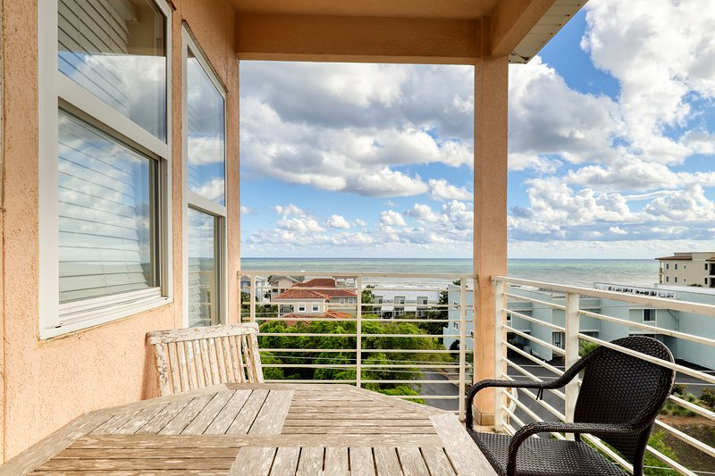 Gulf view home w/ multiple balconies & shared pool - steps to the beach!, vacation rental in Blue Mountain Beach