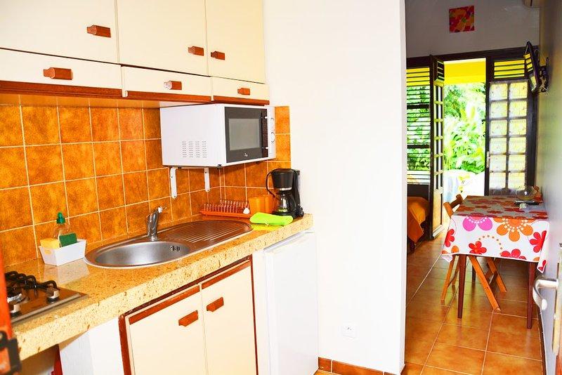 CONFORTABLE BUNGALOW DE TYPE T1 DANS SON JARDIN, holiday rental in Les Anses d'Arlet
