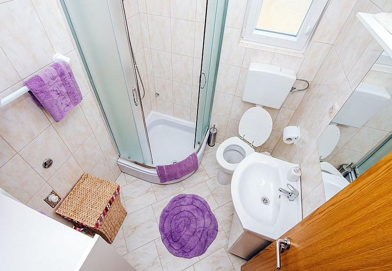 A3(4+2): bathroom with toilet