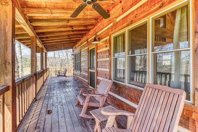Secluded home w/ valley and wildlife views - short drive into town!, holiday rental in Cherokee