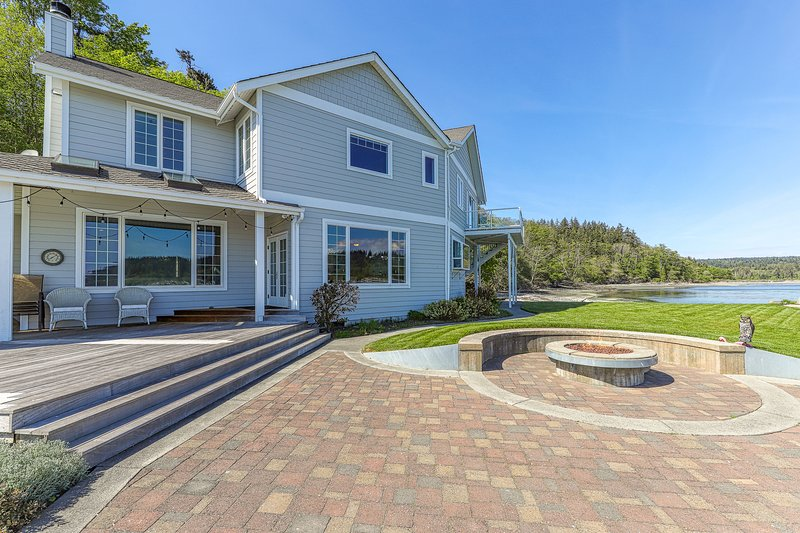 Family-friendly, beachfront home w/ patio, balcony & firepit, vacation rental in Clinton