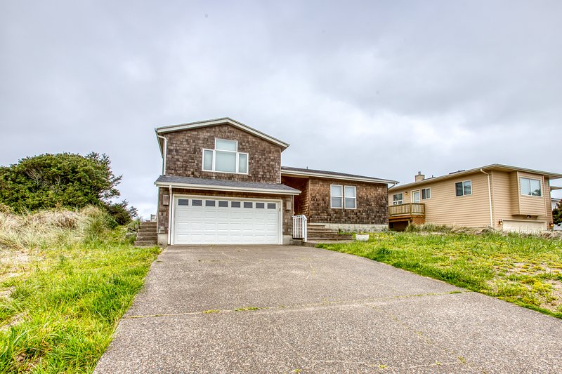 Waterfront home w/ a private hot tub, Ping-Pong, shared pool, & tennis courts!, location de vacances à Waldport