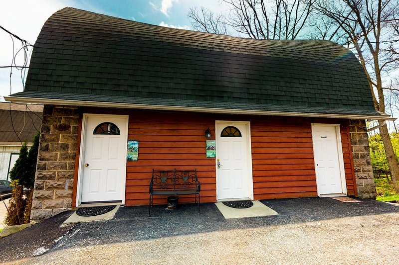 Cozy carriage house w/ jacuzzi tub & electric fireplace - near lake activities!, holiday rental in Deer Park