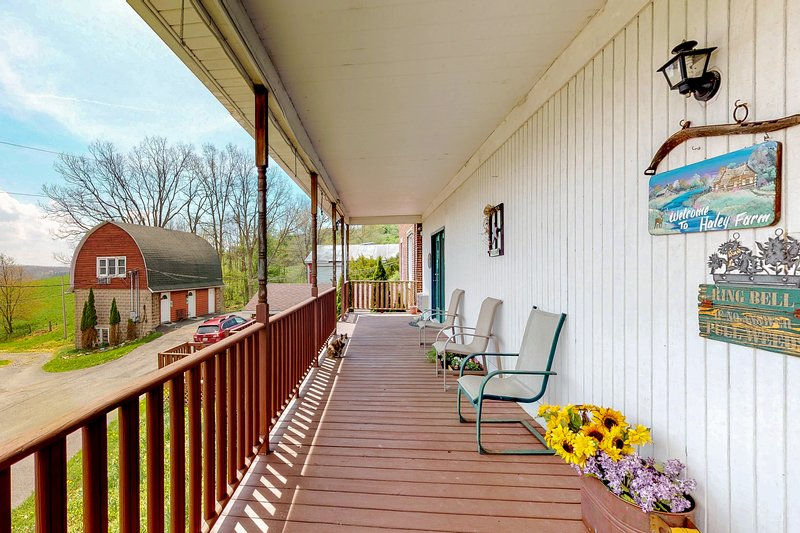 Spacious Deep Creek Lake retreat w/ electric fireplaces & an outdoor firepit, holiday rental in Deer Park