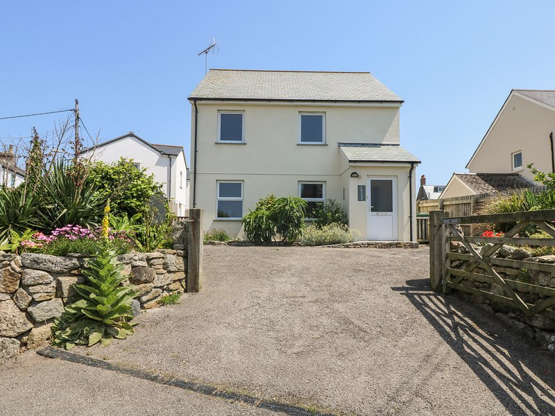 AWAY WEST, WiFi, enclosed paved gardens, pet friendly in St Just in Penwith, holiday rental in Botallack