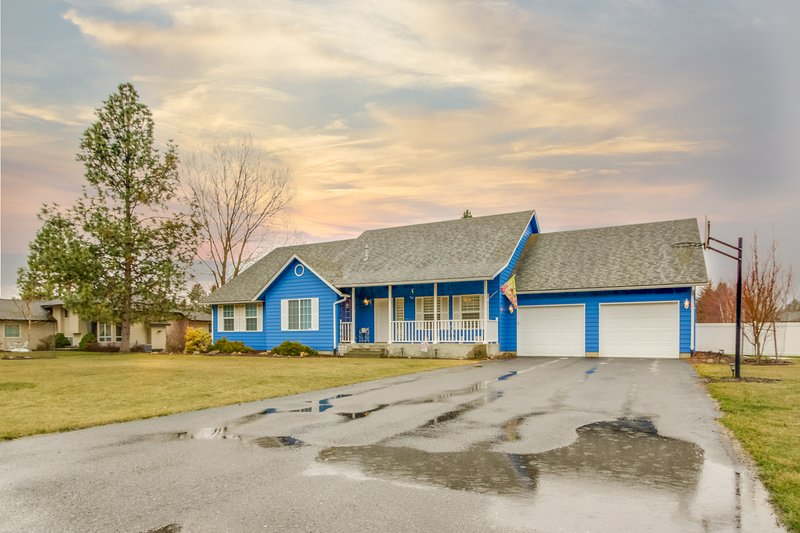Spacious home w/ gas fireplace, grill, & large yard w/ lots of privacy!, holiday rental in Dalton Gardens