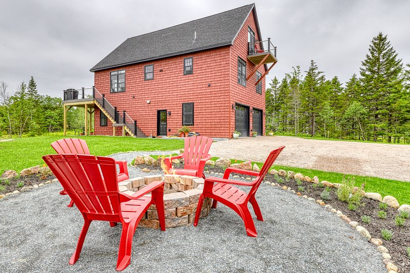 Brand new, secluded hilltop chalet w/ beautiful Cadillac view & multiple decks!, holiday rental in Mount Desert Island