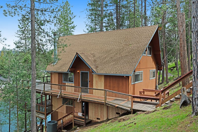 Lakefront home w/ private dock, kayaks, deck & pool table!, vacation rental in Groveland