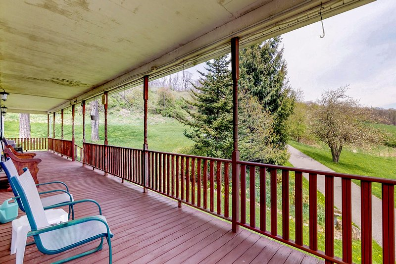Mountain farm retreat w/ firepit & expansive deck - close to lake attractions!, holiday rental in Deer Park