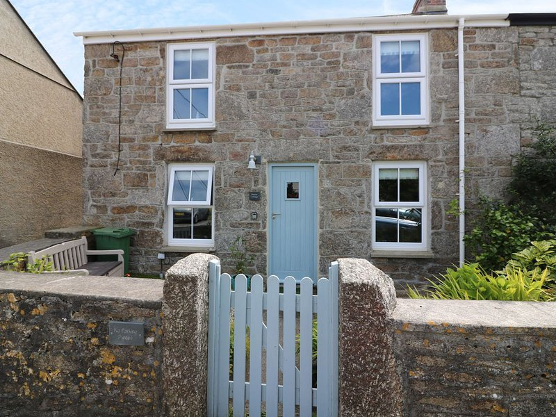 PEBBLE COTTAGE, woodburner, in St. Just, holiday rental in Botallack