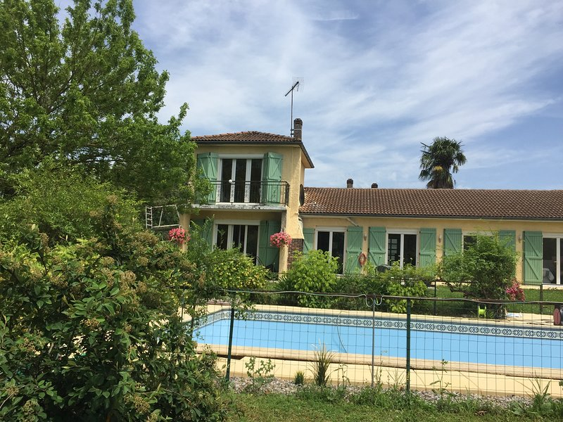 Perfect retreat for families and friends with large pool and private grounds., location de vacances à Lougratte