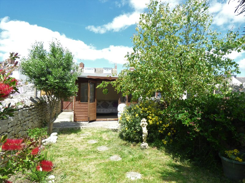 House with garden in Easton Portland. 10 minute drive from Sailing Academy, location de vacances à Weston