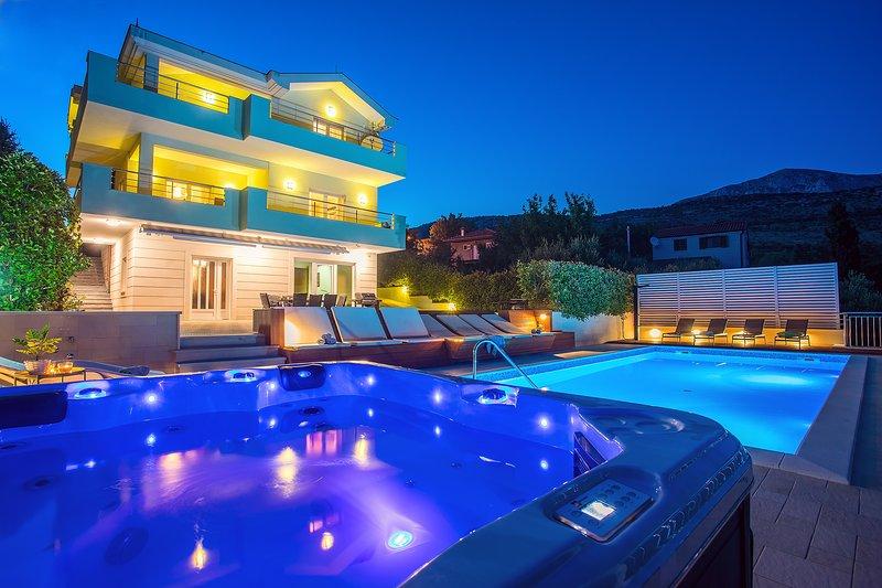 VILLA LOVRIC DISCOUNTED 15% - heated pool, jacuzzi, sauna, private tavern, 8 pax, alquiler de vacaciones en Omis