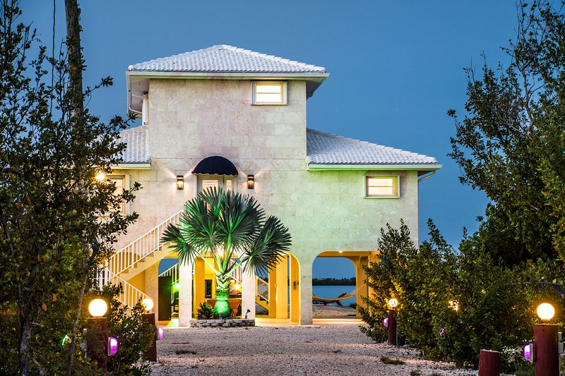 Acreage Multi-Million Dollar  Beachfront Mansion w/ Pool & Billiards, holiday rental in Ramrod Key