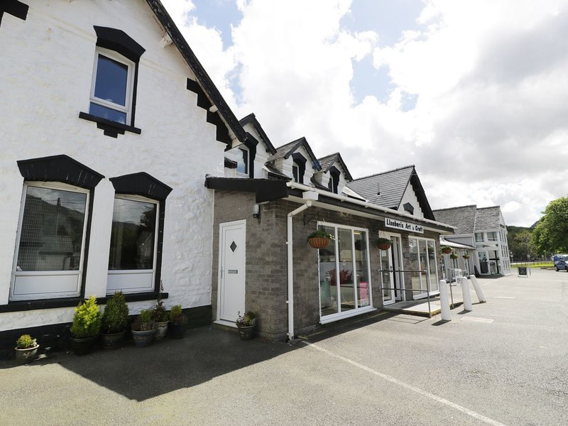 STATION APARTMENT, sleeps five, double ended bath, Llanberis, Ref 954572, holiday rental in Llanberis