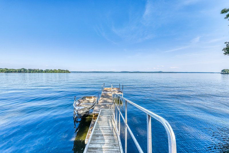 Lakefront, outdoor lover's delight w/ private dock & firepit, location de vacances à Milton