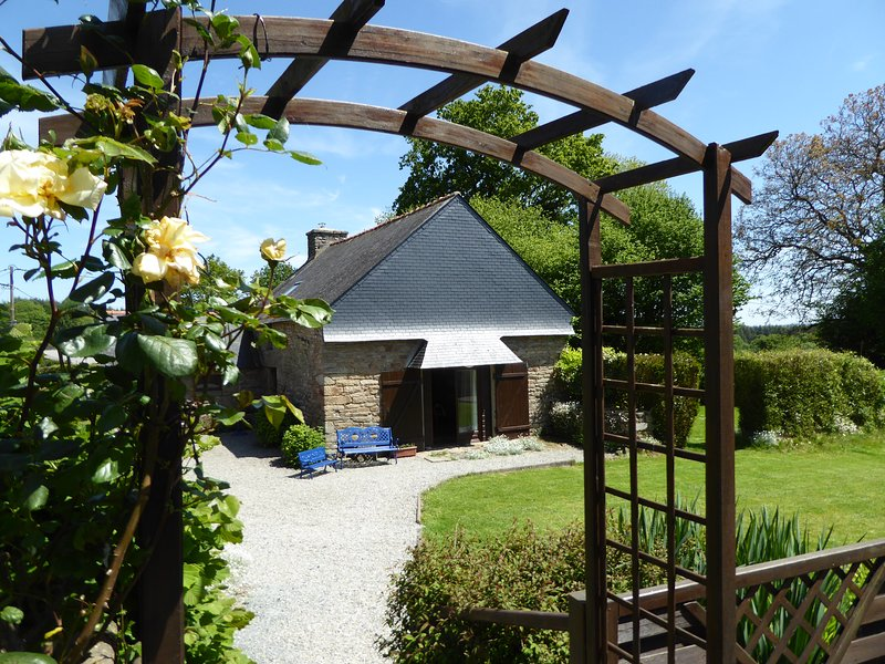 Bot Coet Cottages, Alice Cottage, shared pool, private garden, holiday rental in Le Croisty