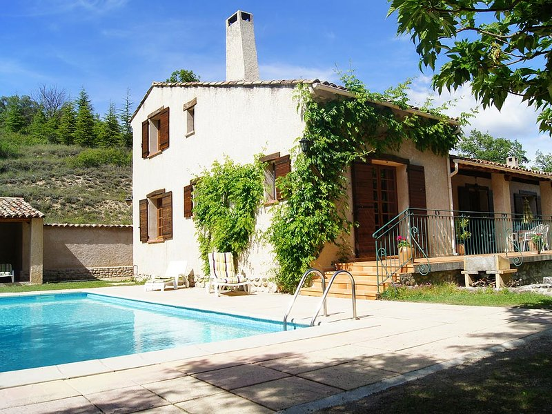 Amazing villa with swimming-pool, vacation rental in Riez